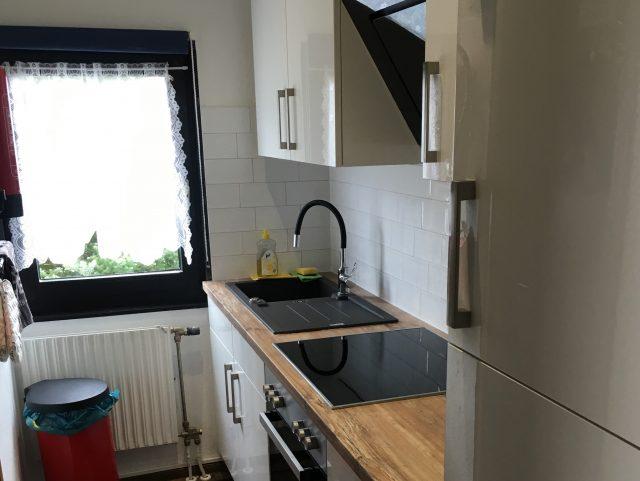 De praktische vernieuwde keuken is knus en van alle gemakken voorzien.