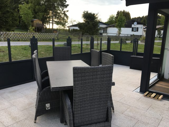In 2019 nieuw aangelegd terras met eethoek