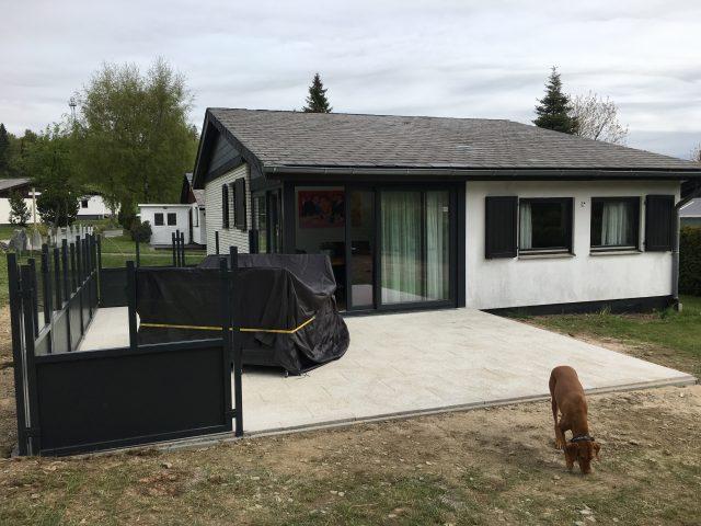 Nieuw aangelegd terras, eenzijdig afgeschermd met eethoek